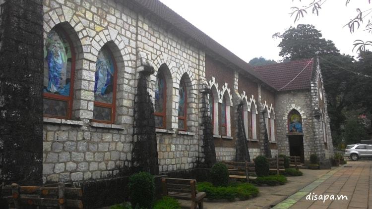 Bên hông nhà thờ đá Sapa