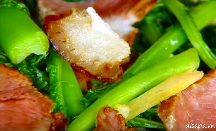 Rau cải mèo xào thịt hun khói - ẩm thực Sapa